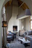 Rustikales Wohnzimmer im modernen Landhaus-Stil mit kubischer Hängeleuchte