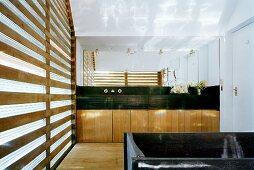 Grosses Badezimmer mit viereckiger Badewanne