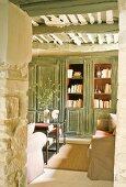 Blick auf einen Bücherschrank in einem provenzalischen Wohnzimmer