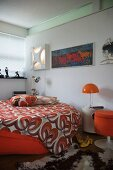 Colourful bedspread with looping, 70s pattern on round bed