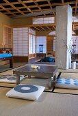 Japanischer Teeraum mit Bodenkissen um Tisch