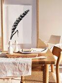 Pfeffer- und Salzstreuer auf Schneidebrett und gerahmtes Bild auf Esstisch aus Holz