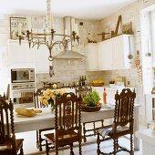 Brotzeit in skandinavischer Küche mit antiken Holzstühlen am Esstisch