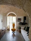 Renovierter Wohnraum mit Gewölbedecke aus Naturstein in einem Trullo