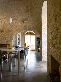 Esszimmer unter Naturstein Gewölbe in einem Trullo