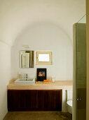 Minimalistisches Bad mit Tonnendecke - schlichter Waschtisch an Wand unter kleinem Fenster