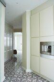 Offene Küche im Designerstil und Fliesenboden mit Ornamentmuster