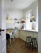 Offene Tür und Blick in Landhausküche