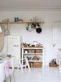Moderne Küche mit Kühlschrank im Fiftieslook