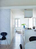 Freistehender Küchenblock mit Dunstabzug in offener, moderner Küche