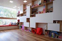 Regalwand als Raumteiler in einem Kinderzimmer