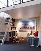 Spielzimmer mit Sofa unter der Galerie