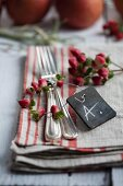 Cutlery with name tag and St. John's wort berries