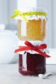 Verzierung für Marmeladengläser: bunte Gummibänder in Farbe der Marmelade