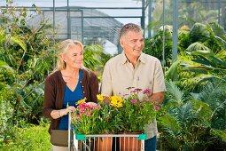 Älteres Paar beim Einkaufen in einem Gartencenter