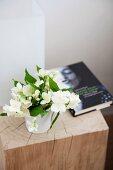 Christrose und Buch auf Holzblock