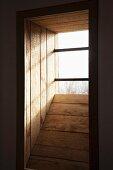 Holzverschalte Fensternische und Gitterstäbe vor Fenster