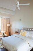 Lampen mit kunstvollen Füssen aus Treibholz neben einem französischen Bett