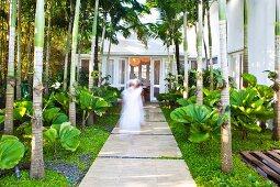 Breiter Plattenweg im tropischen Garten eines Karibikhotels