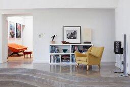 50er Jahre Sessel und halbhohes Regal auf Podest mit Stufen aus ...