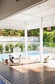 Überdachte Veranda mit Blick auf Swimming-Pool