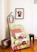 Gemütlicher Sessel mit heiterem Blumenbezug und Retro Stehleuchte in Zimmerecke