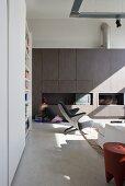 Wohnraum mit Designermöbeln und Einbauwand in einem umgenutztem Schulhaus