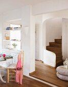 moderne waschsch ssel auf vintage unterschrank und nostalgisch gerahmter spiegel neben. Black Bedroom Furniture Sets. Home Design Ideas
