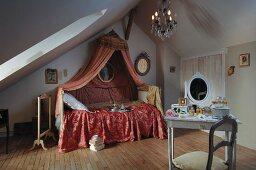 Romantisches Damenschlafzimmer unterm Dach mit Rokoko Baldachin über dem Bett und weiss lackiertem Toilettentisch
