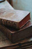 Historische Bücher mit Goldprägung auf dem abgegriffenen Ledereinband