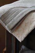 Hochwertig verarbeitetes Handtuch und Spitzenbordüre im altmodischen Naturlook