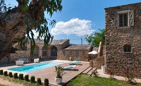 Sonne, blauer Himmel - Mediterrane Wohnanlage mit Pool und Terrasse