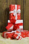 Gestapelte Weihnachtspäckchen mit Schleifen