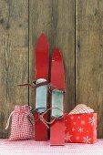 Weihnachtsgeschenke und alte Skier