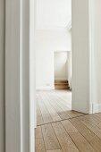 Modernes helles Wohnzimmer mit Holzboden und Flügeltür