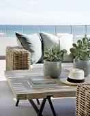 Rattan Sofa und Couchtisch auf Terrasse mit Blick auf das Meer