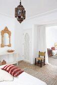 Blick vom Schlafzimmer mit marokkanischen Accessoires in das angrenzende Wohnzimmer