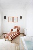 Antike Chaiselongue mit orientalischem Bezugsstoff in wohnlichem Bad mit gemauerter Wanne