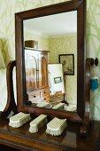 Kleiderbürsten auf traditioneller Spiegelkommode