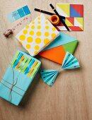 Mit Selbstklebepunkten und farbigen Memostreifen verzierte oder im Tangramstil kunstvoll arrangierte Geschenkpäckchen