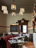 Bar und Speiseraum im Restaurant Jamies Italian Cheltenham, England