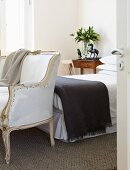 Schlafzimmer mit Bett und Stilmöbeln
