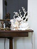 Wandtisch mit Dekogegenständen verschiedener Kulturen