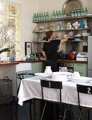 Mann in der Küchenecke mit Fenster und Esstisch