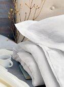 Kissen und Decke mit weissem Bezug auf Bett