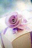 Zarte Stoffblume auf Geschenkpäckchen