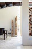 Holzskulpturen als Dekoration am modernen Essplatz