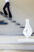 Schwebende Treppenkonstruktion mit aus der Wand auskragenden Stufen und minimalistischem Handlauf