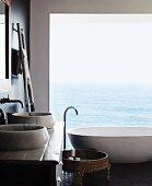 Designerbad vor Panoramafenster mit Meerblick