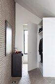 Waschtischkubus an moderner Ziegelwand, gegenüber Kleiderschrank unter Dachschräge